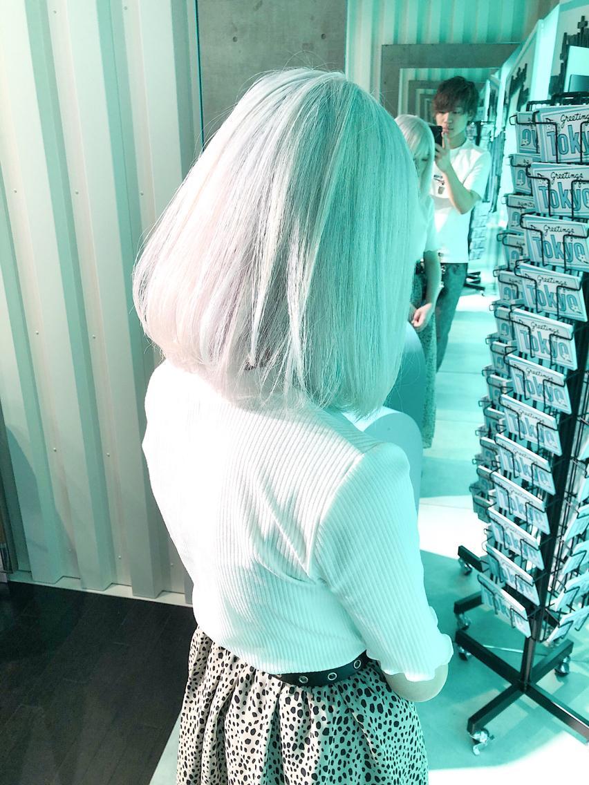 #ミディアム #カラー White hair ✳︎10800円〜✳︎ ✳︎ムラシャンはエンシェールズのシャンプーを薄めて使うのがオススメ🧖🏻♀️ ✳︎ ✳︎黒染めや縮毛、デジパをしていなくてダメージがひどくなければおおよそ4〜5回ブリーチで出来ます🦄✳︎ 最後まで可愛く仕上げます🇰🇷 ✳︎ お店の近くにあるティファニーカフェで映えな写真もプレゼントします🦄 ✳︎ ✳︎黒染め履歴、ダメージが強い方はでホワイトにはならないです💦  #原宿#ハイトーンカラー#シルバーカラー#ヘアカラー#ネイビーカラー#ホワイトカラー#ブロンドヘアー#アッシュ#ケアブリーチ#ブロンドカラー#派手髪#ラベンダーカラー#ミルクティーカラー#アッシュ#ミルクティーベージュ#ブルージュ#グレージュ#ピンクカラー#インナーカラー#ハイライトカラー#グラデーションカラー#bts#seventeen#twice ✳︎ ✳︎ ✳︎