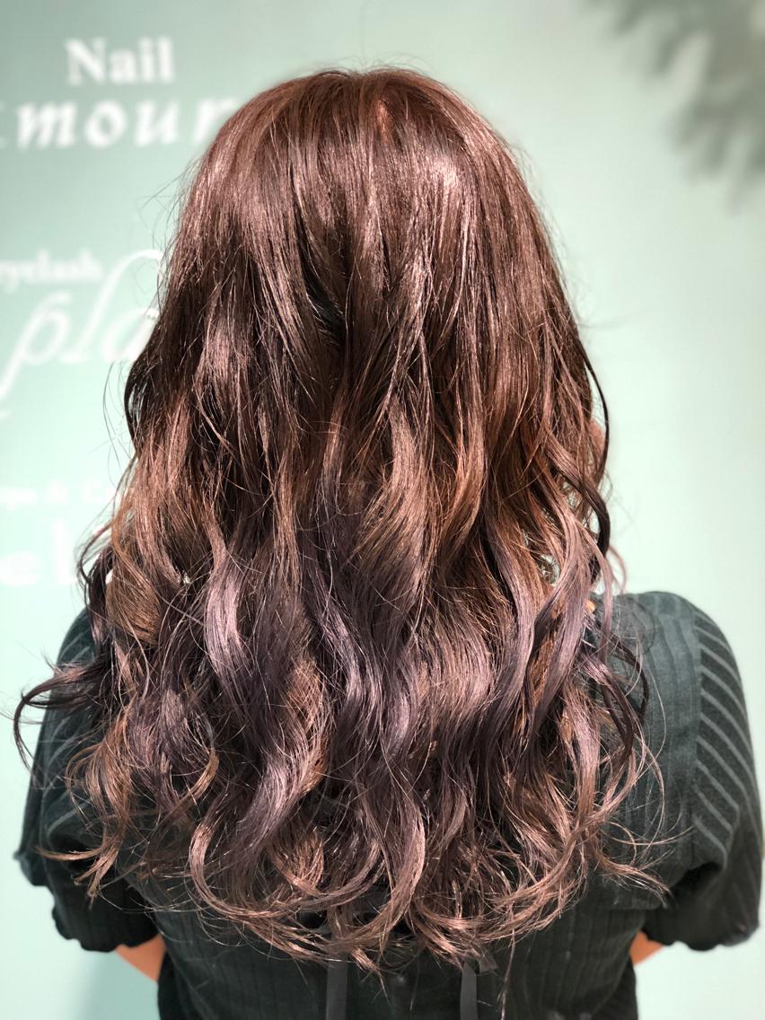 #ロング #カラー 【ご覧いただきありがとうございます☆こちらのスタイルを気に入っていただけましたら、ブックマークしてご来店時にお見せください!】ダメージの少ないものでもアルカリ剤なので髪の毛が良いとされる、弱酸性のカラーでダメージを最小限に仕上げています!
