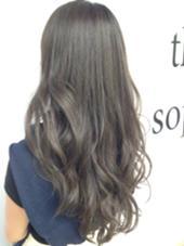 巻いた時に動きが出るようにアゴラインからレイヤーを入れて、カラーはプラチナアッシュに少しラベンダーアッシュを入れて透明感と艶を!髪質、元の明るさにもよりますが、ダブルカラーをしなくてもここまで透明感は出せます☆ Lani  hair所属・井出健太のスタイル