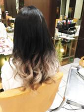 グラデーションカラー。 暗い部分は6トーンのラベンダーアッシュ。 毛先はグレイと薄くベージュ ブロッサム大塚店所属・永野玄のスタイル
