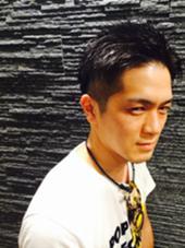 サイドが刈り上げ、トップが短めのショートスタイルです。 前髪を上げるスタイルが多いということなので少し前髪を長めに設定、自分でセットしやすくしました。 ツヤだしのジェルで清潔感のある男性をイメージ。  HONDAsachikoのスタイル