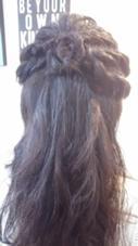 リタッチカラーで落ち着いた色味に。 ハーフアップをやってみたいとのことでしたので、くるりんぱとねじり編みで仕上げました。 アクセントにお花(*^O^*) luce hair design所属・miyachimikakoのスタイル
