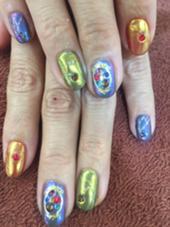 その他 ネイル マツエク・マツパ ミラーネイル元のジェルカラー親指人差し指赤中指から小指までグレイからのミラーパウダーゴールドトパールで仕上げました