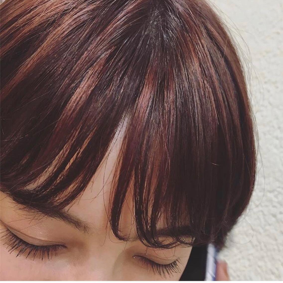 #ショート #カラー まえがみともみあげにハイライトを入れて、鮮やかな赤がチラチラ🥀よく見たらわかるくらいがおしゃれ🥀🥀