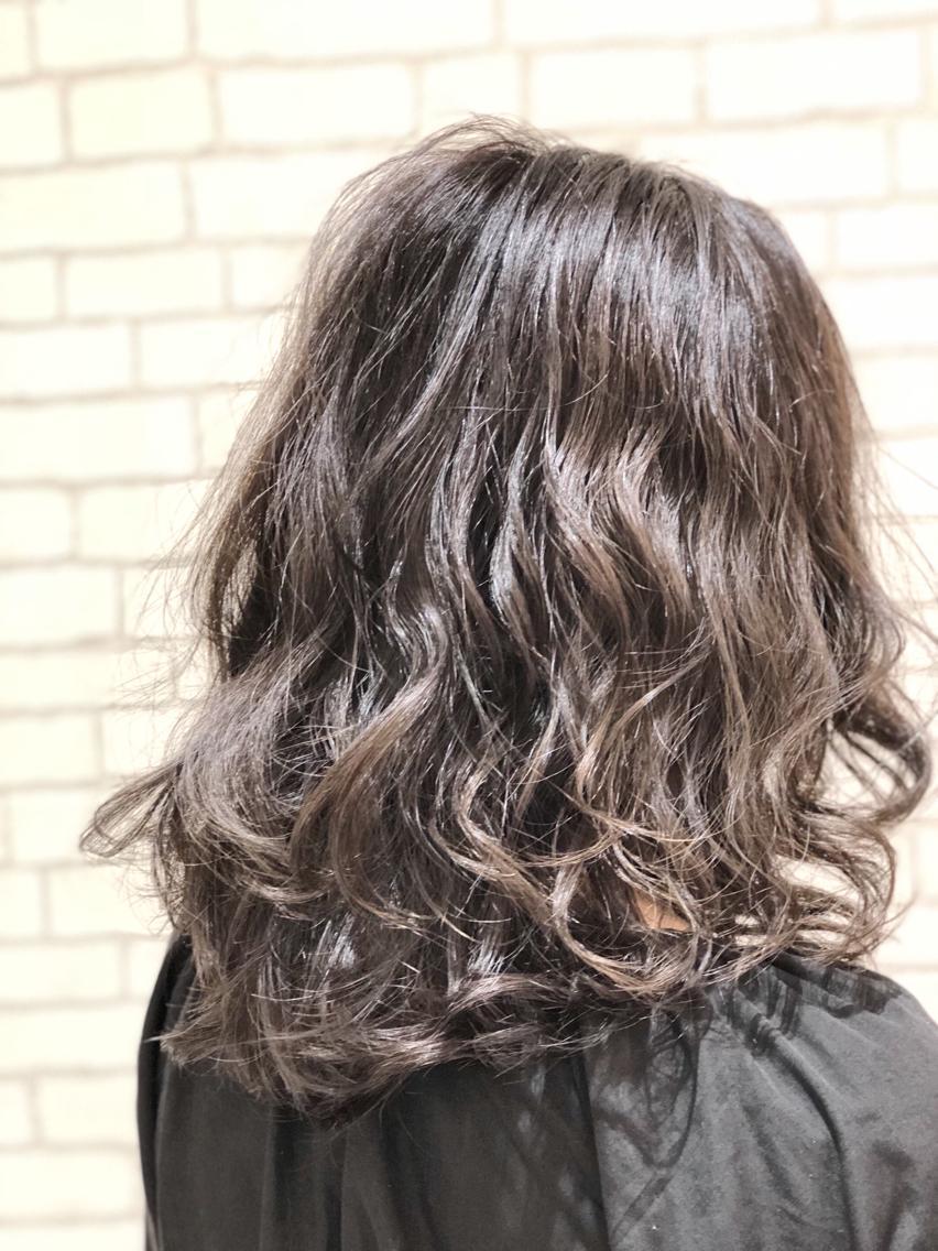 #ミディアム #カラー #ネイル #マツエク・マツパ 【ご覧いただきありがとうございます☆こちらのスタイルを気に入っていただけましたら、ブックマークしてご来店時にお見せください!】ダメージの少ないものでもアルカリ剤ので髪の毛が良いとされる、弱酸性のカラーでダメージを最小限に仕上げています!