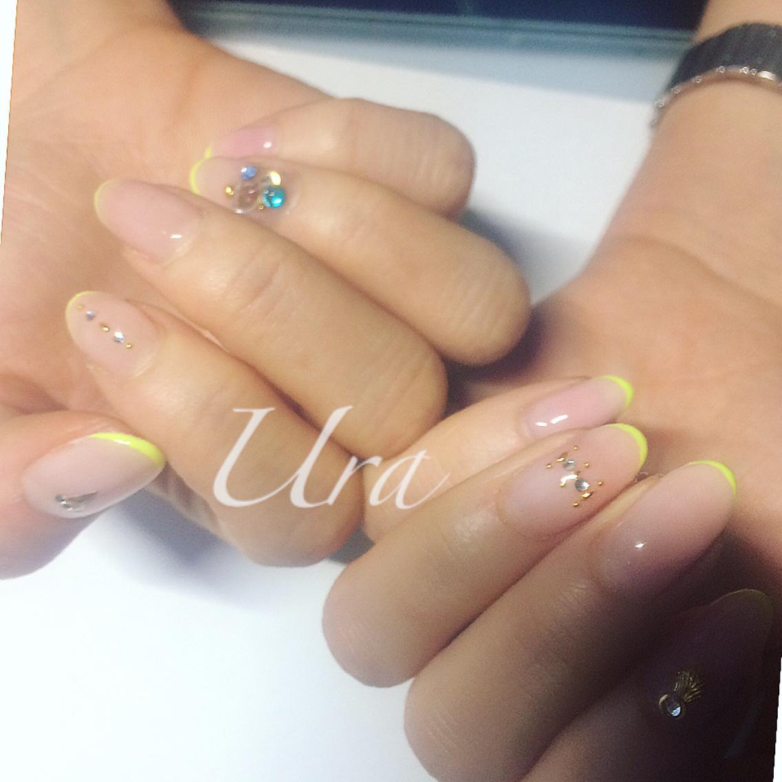 ネオンカラーの極細フレンチ約120分\u203b爪先の白い部分を消すためにベースカラーは自爪色に近いピンクベージュを使用しております。 ネイル