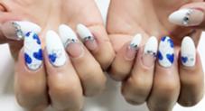 ホワイト×ブルーの組み合わせが涼しげでとってもキュート♡  長さ出しもして、素敵な爪になりました✨ TIARA NAIL所属・椿穂乃香のフォト