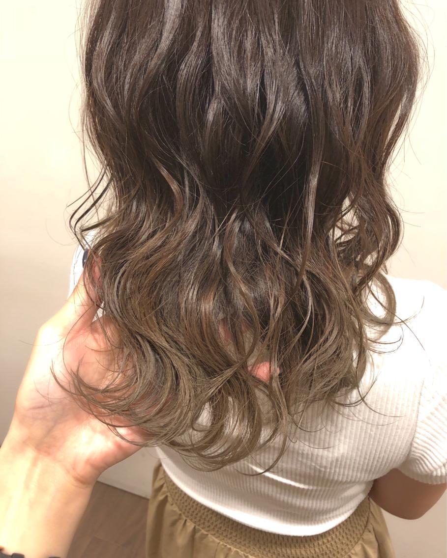 #ミディアム #カラー グレージュのグラデーションカラー🤩 毛先だけ以前やったブリーチが残ってる方特にオススメです♡♡