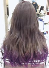 カラー セミロング ロング ブリーチ後、アッシュグレーで染めて、毛先に紫のカラートリートメントをいれます。