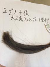 2回ブリーチしたので大分、色の入りがいいですね♪ しかも2回ブリーチしたのにこのツヤツヤ感はやばいです(^O^) ちなみにこれは発色の王、イルミナカラーで染めました♪ グラデーションカラーとかにもってこいの艶と発色ですね♪ 7000円でこのアッシュグレーのグラデーションにあなたもチェンジできます(^。^)♪ Ursus hair Design所属・所祥平のスタイル