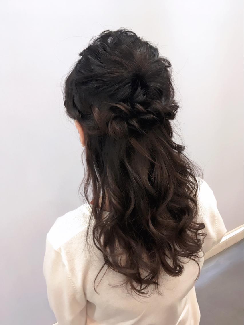 揺れ動く髪が人気のハーフアップスタイル 結婚式二次会