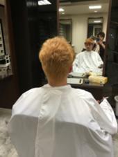 元々赤味が強い髪で透明感のある仕上がりにしたかったのでブリーチを2回してトナーで黄色味を消すため補色の青紫をクリアで薄めた色をオンカラーしました。 MOKU hair salon春日店所属・熊谷勝磨のスタイル