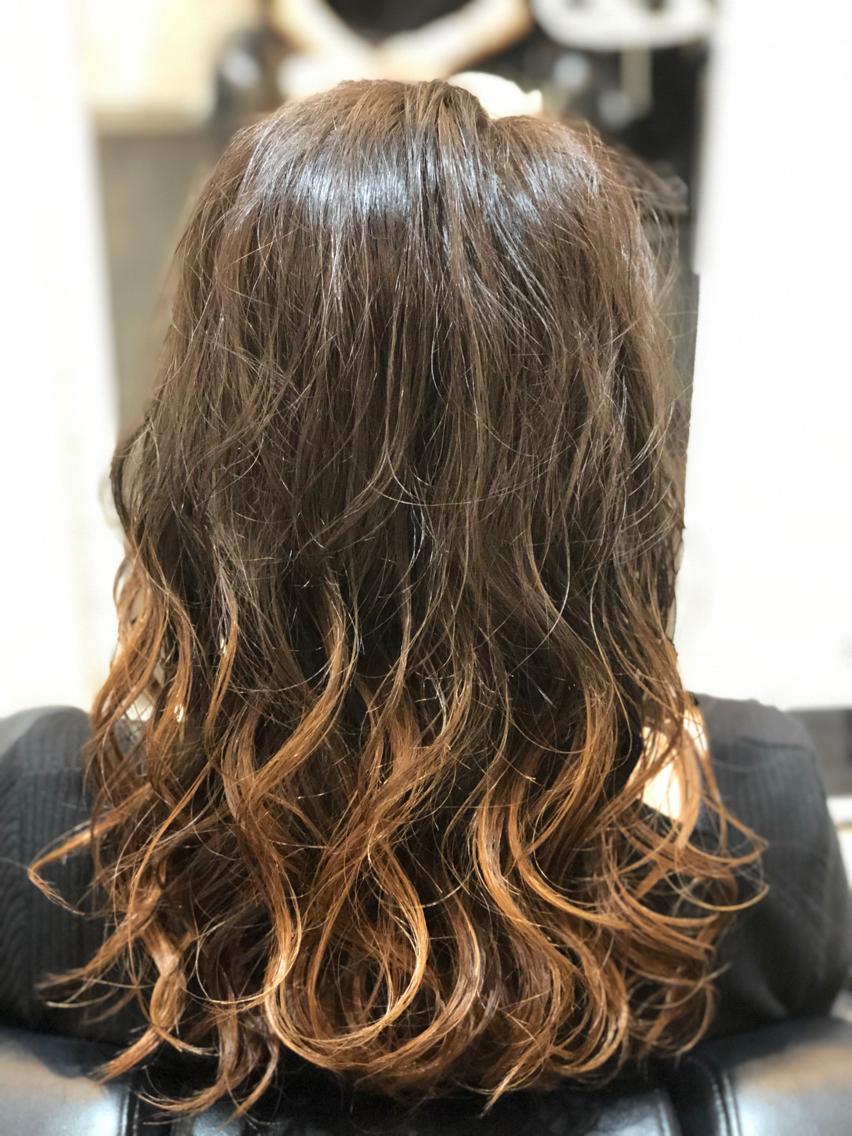 #セミロング #カラー #マツエク・マツパ 【ご覧いただきありがとうございます☆こちらのスタイルを気に入っていただけましたら、ブックマークしてご来店時にお見せください!】ダメージの少ないものでもアルカリ剤なので髪の毛が良いとされる、弱酸性のカラーでダメージを最小限に仕上げています!