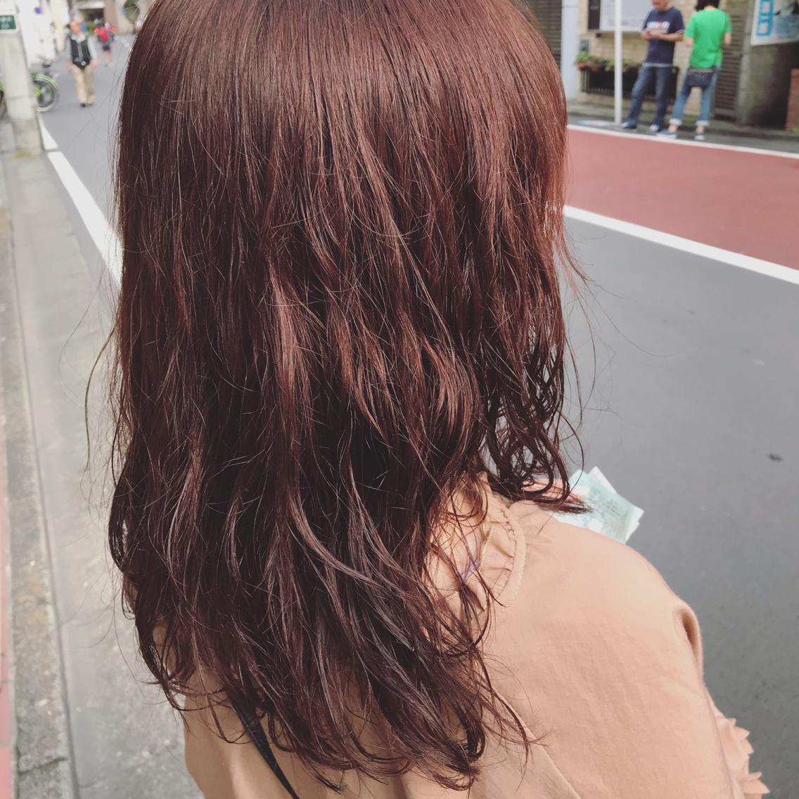 #ミディアム #カラー 夏らしい温かみのある赤髪 🌺日光にあたると更に綺麗に発色します🌺 わたし自身3年赤髪なので、オレンジよりの赤髪、ピンクよりの赤髪、赤髪のことならお任せください🌺🌺  パーマを活かしたシアバターでのスタイリングが◎❤︎