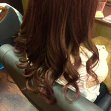 今回はカラースタイルです✨ 全体をピンクバイオレットで行いました✨  皆さん、ピンクバイオレットを使うと紫に寄ったピンクになるのを想像すると思います。 実際は黄色味が強いお客様によりピンクがしっかり入るように調合したものになります✨  ピンクは黄色味やアッシュの残った髪の毛にとても入りにくい色味です。 それをよりピンクに見せるために行う独自の調合になります✨  利点は艶が出やすい事と、ナカナカ赤系、ピンク系が入りにくい方も楽しめる色味になっていることです。 明るさが出にくいですが、それも今までのピンクよりも長持ちさせる利点の1つになることです✨   ここで注意‼︎ 「ピンクって落ちやすい」 「すぐオレンジになる」 という方多いと思います。  実際カラーリストとしても感じる部分があります…  ですが‼︎ 防止方法もあります✨✨✨  赤系、ピンク系は濡れた状態の髪の毛のままでいると、ドンドン薄くなっていく色味なんです‼︎ ですので… 1.お風呂上がりになるべく早めに乾かす 2.カラーしたその日から24時間は洗わないようにする 3.お風呂の時に髪の毛を洗うのを最後にする。  これを行うとダイブ変わります‼︎  そして… 実は赤味、ピンク系は髪の毛に残り過ぎるとカラーチェンジがとてもしにくいのです…  ですから、 「落ちたらカラーチェンジしよう!」 くらいのカラーの楽しみ方を行うのが実は1番良いです✨  赤味に関しては 「赤味を変えることはない!」 「次のカラーはもう考えないで、ハッキリしたボルドーを楽しみたい」 という方はカラー➕トリートメントカラーの必殺カラーの方法があります✨  その方法はまた赤味系のスタイル写真の時にご説明しますね✨   POSH新宿所属・宇都壮介のスタイル