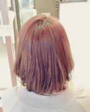 淡いピンク系のカラーを使って、優しい印象に仕上げてます。 仕上げにアイロンで毛先を内巻きに入れると、全体がまとまってあつかいやすい髪型になります☆ LUCK本厚木所属・佐藤諒のスタイル