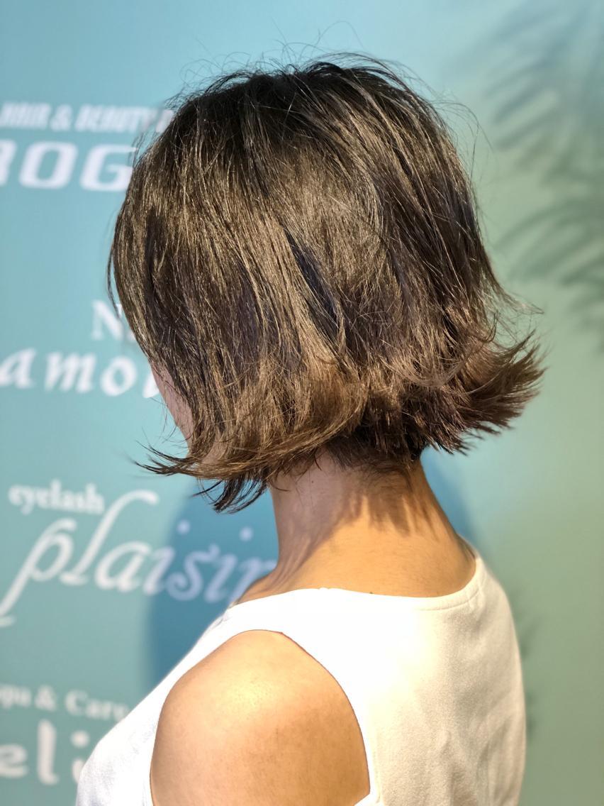 #ミディアム #カラー 【ご覧いただきありがとうございます☆こちらのスタイルを気に入っていただけましたら、ブックマークしてご来店時にお見せください!】ダメージの少ないものでもアルカリ剤なので髪の毛が良いとされる、弱酸性のカラーでダメージを最小限に仕上げています!