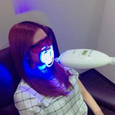 当店のセルフホワイトニングは、専用のホワイトニング剤を歯に塗ったあとに、LEDライトの光を当ててホワイトニングしていきます☺️紫外線は出ていませんので、日焼けの心配無しです❤️ ホワイトニングスタイル所属・今村友郁のスタイル