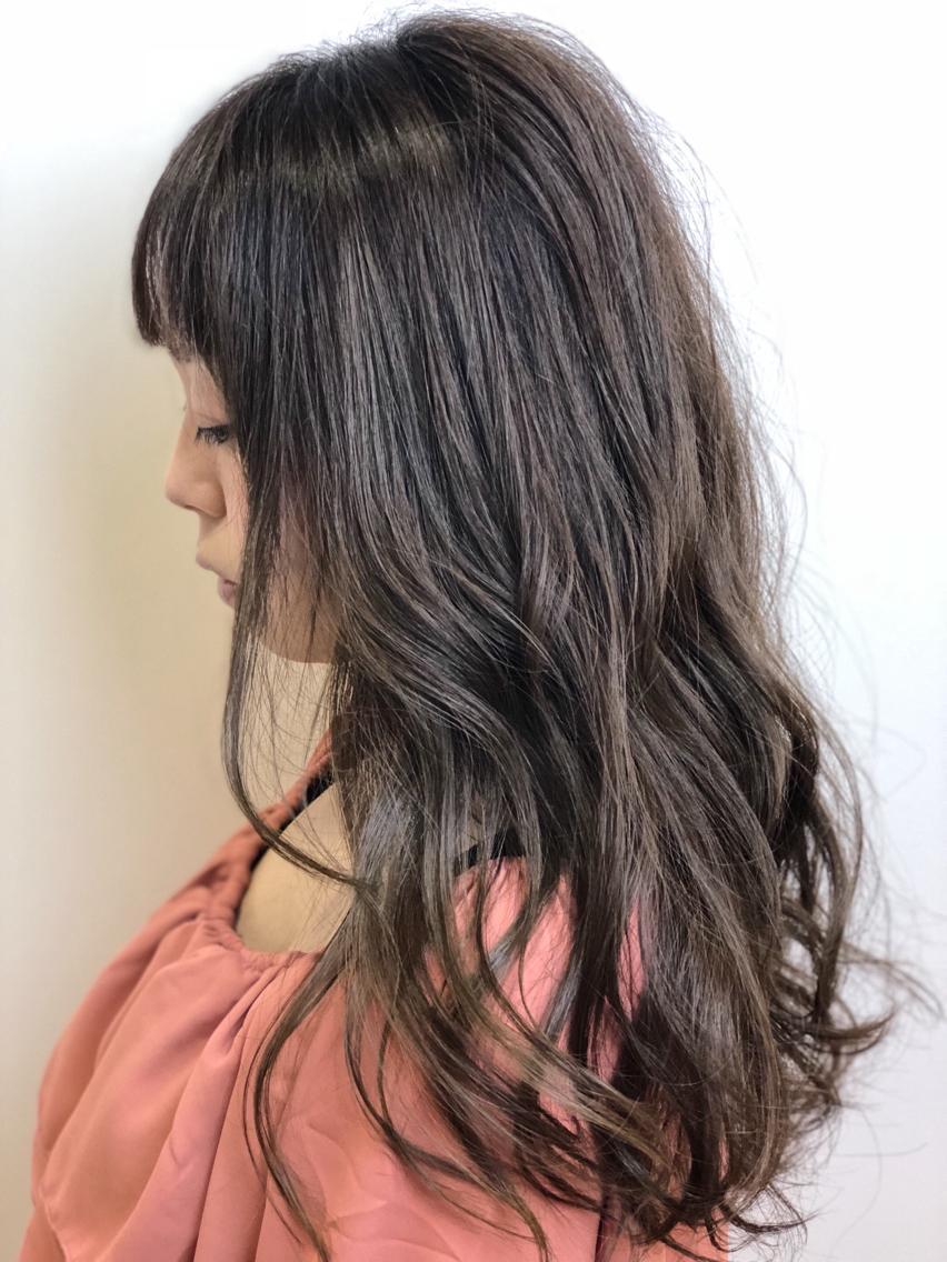 #ロング #カラー #ネイル #マツエク・マツパ 【ご覧いただきありがとうございます☆こちらのスタイルを気に入っていただけましたら、ブックマークしてご来店時にお見せください!】ダメージの少ないものでもアルカリ剤ので髪の毛が良いとされる、弱酸性のカラーでダメージを最小限に仕上げています!
