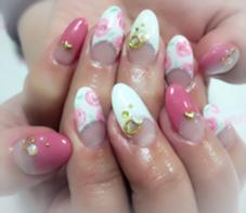 ローズアートネイル♡ 上品ピンクで可愛すぎないローズアート! さらにパーツやストーンを埋め込むことで華やかになりました✨ TIARA NAIL所属・椿穂乃香のフォト