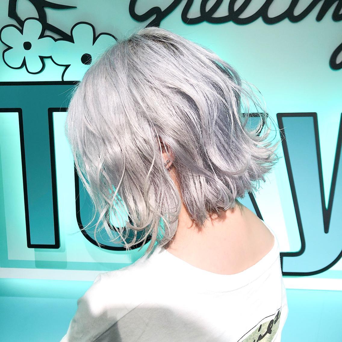 #ショート ・perfect White・ ✳︎11000円〜✳︎ ✳︎minaでブリーチ3〜5回出来れば綺麗なホワイトヘアを作れます👻 ✳︎ ✳︎ダメージが強いとブリーチが出来ない場合もあるのでご了承ください ✳︎ムラシャンはエンシェールズのシャンプーを薄めて使うのがオススメ🧖🏻♀️ ✳︎ ✳︎黒染めや縮毛、デジパをしていなくてダメージがひどくなければおおよそ4〜5回ブリーチで出来ます🦄✳︎ 最後まで可愛く仕上げます🇰🇷 ✳︎ お店の近くにあるティファニーカフェで映えな写真もプレゼントします🦄 ✳︎ ✳︎黒染め履歴、ダメージが強い方はでホワイトにはならないです💦  #原宿#ハイトーンカラー#シルバーカラー#ヘアカラー#ネイビーカラー#ホワイトカラー#ブロンドヘアー#アッシュ#ケアブリーチ#ブロンドカラー#派手髪#ラベンダーカラー#ミルクティーカラー#アッシュ#ミルクティーベージュ#ブルージュ#グレージュ#ピンクカラー#インナーカラー#ハイライトカラー#グラデーションカラー#bts#seventeen#twice ✳︎ ✳︎ ✳︎