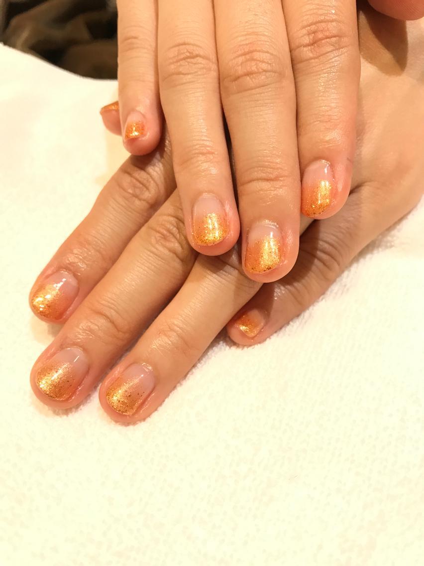 ネイル ネイル ラメグラ ネイルモデル秋らしくオレンジ×ゴールドラメグラデーション