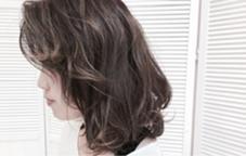 クセを活かしたルーズなロブスタイルです。 ブルージュのグラデーションカラーで、外国人風の質感に仕上がりました。 程良い束感とドライな質感をミックスしてスタイリングすることで、カッコいい感じになります。 grass hair flower所属・河合崇志のスタイル