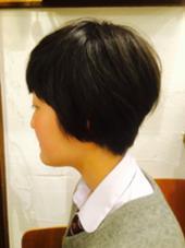 ショートボブスタイルで後頭部にふんわり丸みを KURAKU所属・真島あけみのスタイル
