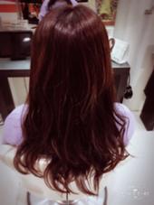 落ち着いた雰囲気をだしてくれる レッド系で。 hair&make earth所属・吉岡碧のスタイル