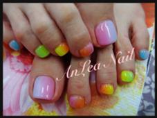 カラフルな色をチョイスで夏らしいフットネイル 縦グラデーション  ネイルサロンAnLea所属・ネイルサロンAnLeaアンレアのフォト