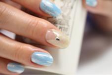 シャンパンゴールドV字フレンチと水色ペンキアートジェル サロン フェイト清水のフォト