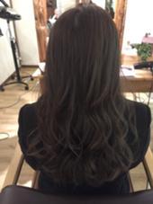 髪全体に細めのハイライトをたくさん入れて透明感と束感を感じるスタイルに仕上げました! カラーは大人気のイルミナカラーです☆  ラフィスヘアークラン所属・田村和範のスタイル