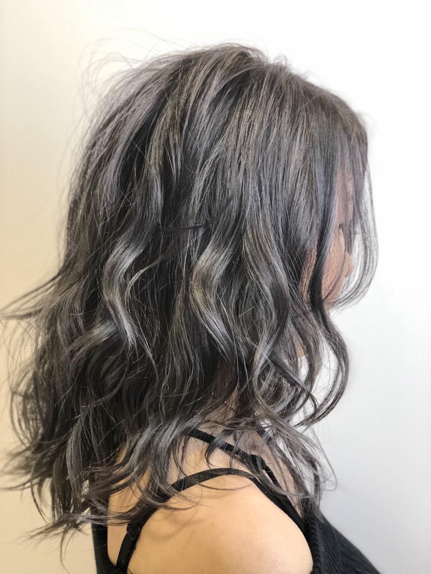 #ミディアム #カラー #ネイル #マツエク・マツパ 【ご覧いただきありがとうございます☆こちらのスタイルを気に入っていただけましたら、ブックマークしてご来店時にお見せください!】ダメージの少ないものでもアルカリ剤なので髪の毛が良いとされる、弱酸性のカラーでダメージを最小限に仕上げています!