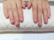 お客様のケアの仕上がりです♪ ファイリング、甘皮処理、表面のピカ仕上げで、約1ヶ月程はツヤツヤピカピカのお爪が保てます✨ LOUVRE学園前店所属・近藤瑞穂のスタイル