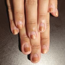 パールブラウンでストレートフレンチ+ゴールドのラメライン  パール系カラーは爪の中心に光を集めるので、指が長く見えます!お爪自体が小さいことが気になっている方にもオススメのカラーです(^-^) Nail Salon&School【P.M.A】所属・Nail SalonP.M.Aのフォト