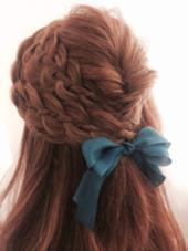 四つ編みで作るハーフアップ  大きめリボンがポイント。 MOF   HAIR  SALON所属・愛美のスタイル