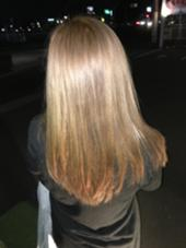 根元は暗い色を入れ伸びてきたときに気にならないようにし毛先は薄く黄色味を消すため補色を使ってなるべく暗くならないようにしました。 MOKU hair salon春日店所属・熊谷勝磨のスタイル