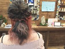 アッシュブラウンを表面に インナーカラーにピンクを入れました(^^)  hair design GARAGE所属・清家佳奈のスタイル