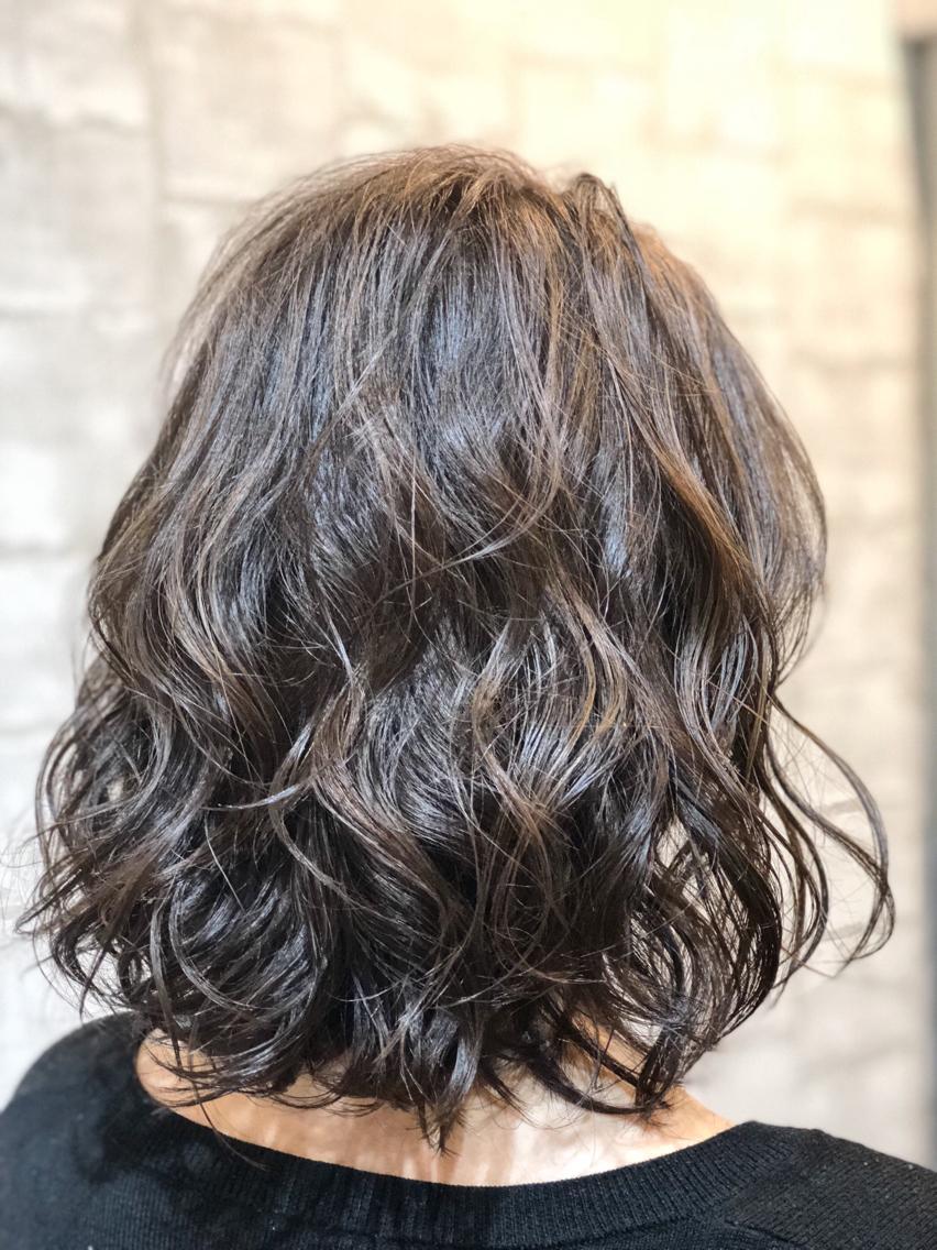 #ミディアム #パーマ #ネイル #マツエク・マツパ 【ご覧いただきありがとうございます☆こちらのスタイルを気に入っていただけましたら、ブックマークしてご来店時にお見せください!】ダメージの少ないものでもアルカリ剤ので髪の毛が良いとされる、弱酸性のカラーでダメージを最小限に仕上げています!
