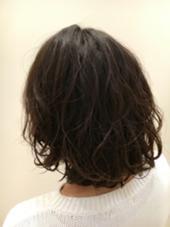 加工無しのお写真です★  ストレートワンカールのサラッとしたボブを ウェーブカールにチェンジ♬。. 動きがついたお陰で 髪色を明るく出来ない方でも 柔らかい印象のあるスタイルになります( ˊᵕˋ ) 黒髪の方や校則、職場の決まり事などで カラーが出来ない方にオススメです♡*°  ♡デジタルパーマ LOTUS 船橋店所属・小森里美のスタイル