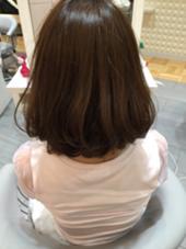 肩上ぐらいの長さのワンレングスにローレイヤーを入れ表面に動きをだしました! アイロンでワンカールに巻き、柔らかい雰囲気に仕上げました! Hair's Gallery所属・熊野隼人のスタイル