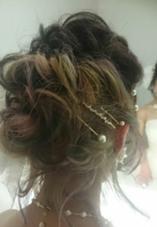 下半分の髪にブリーチをし、細かいミルキーなカラーをのせて、ヘアアレンジ MODE Ks Lumina所属・上堀愛子のスタイル