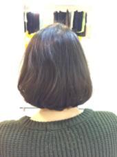ロングだった髪の毛を30センチカット!毛が細くボリュームが出にくいので量はあまりとらず質感をいれてあげてトップを32ミリのコテで巻いてふんわりと✩! 高橋麻衣のスタイル