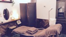 メイクスペースも完備した個室をご用意しています(^^)ベッドの寝心地も最高。他店にはないこだわりのあるベッドです。 ART RUSH Rebs所属・わだよしえのフォト