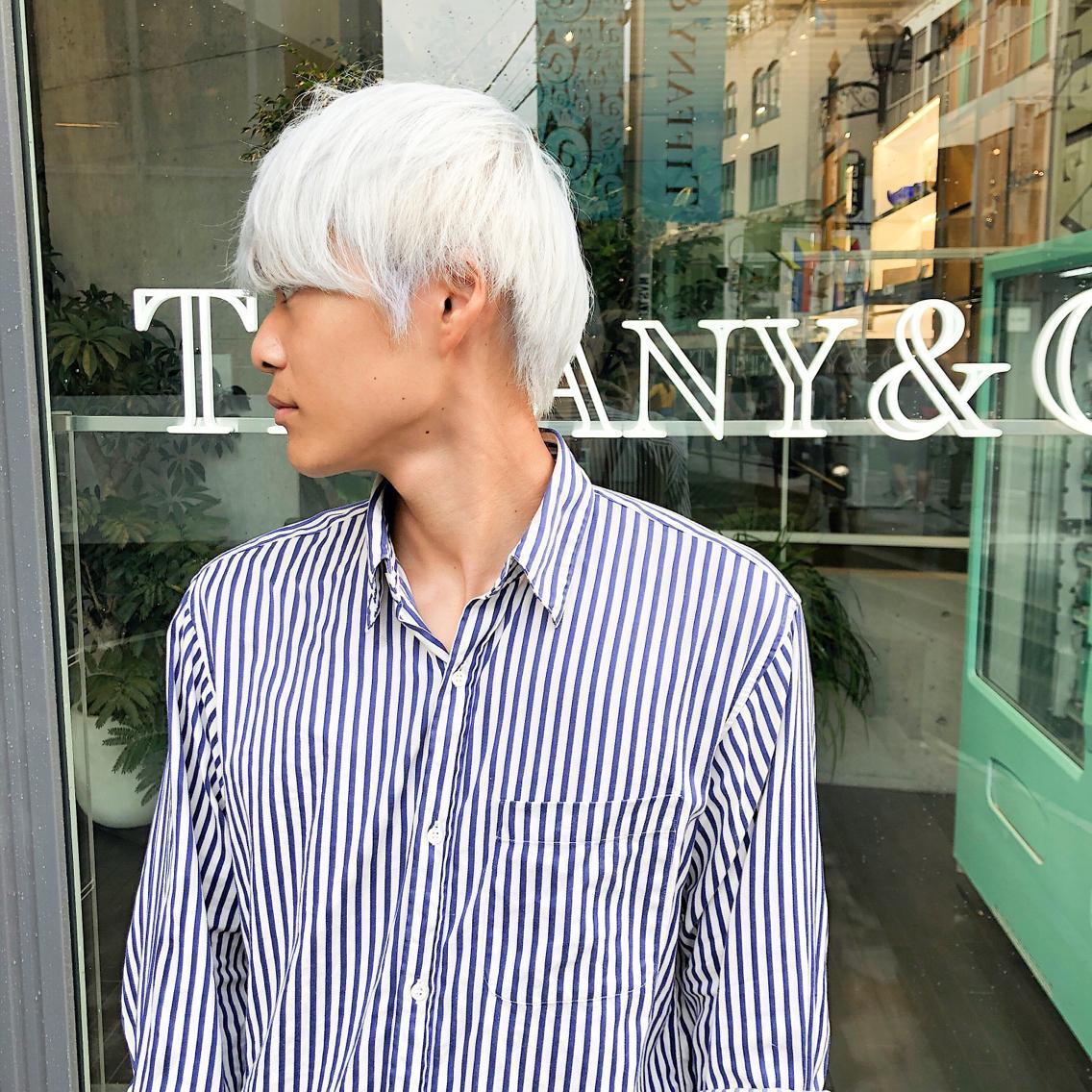#ショート #カラー men's White hair 男性のホワイトカラーが人気になってきました🦄 ✳︎ ✳︎ ✳︎10800円〜✳︎ ✳︎ムラシャンはエンシェールズのシャンプーを薄めて使うのがオススメ🧖🏻♀️ ✳︎ ✳︎黒染めや縮毛、デジパをしていなくてダメージがひどくなければおおよそ4〜5回ブリーチで出来ます🦄✳︎ 最後まで可愛く仕上げます🇰🇷 ✳︎ お店の近くにあるティファニーカフェで映えな写真もプレゼントします🦄 ✳︎ ✳︎黒染め履歴、ダメージが強い方はでホワイトにはならないです💦  #原宿#ハイトーンカラー#シルバーカラー#ヘアカラー#ネイビーカラー#ホワイトカラー#ブロンドヘアー#アッシュ#ケアブリーチ#ブロンドカラー#派手髪#ラベンダーカラー#ミルクティーカラー#アッシュ#ミルクティーベージュ#ブルージュ#グレージュ#ピンクカラー#インナーカラー#ハイライトカラー#グラデーションカラー#bts#seventeen#twice ✳︎ ✳︎ ✳︎