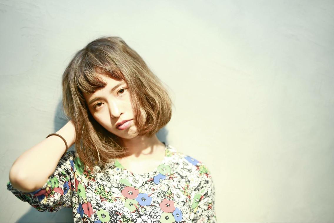 おきぬけのボサボサヘアーがかわいいボブスタイル。 カラーは外国人風