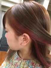 このインナーカラーは、痛みを最小限にしたくてポイントでブリーチを行い、その上から色を重ねて耳をかけた時にチラ見せするようにしました(*^_^*) 春っぽくて可愛いです neolive ora所属・穴井真里奈のスタイル