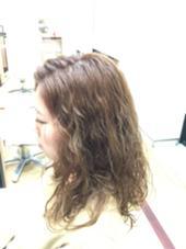 レイヤーが入ってない髪の毛の 中間にウェーブを意識したパーマです!可愛いです^ ^ EAST HAM所属・仲間隆之のスタイル