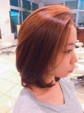 カットは結わけるぐらいの長さで、トップは毛が流れるようにしてます!  カラーは髪を分ける時にどちらに流しても見えるように、 顔まわりにハイライトを入れて、 ベースはバイオレットとベージュにしてます✌︎ 川﨑京子のスタイル