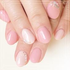 柔らかい雰囲気のピンクを2色使用して少し個性的に❣  一色塗り+カラー追加+ストーン スピードネイル所属・前田祥美のフォト
